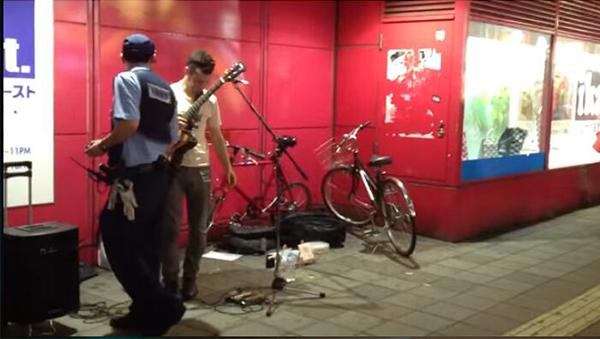崔佛在《给他爱》里砸了街头歌手的吉他,现实中也不过如此